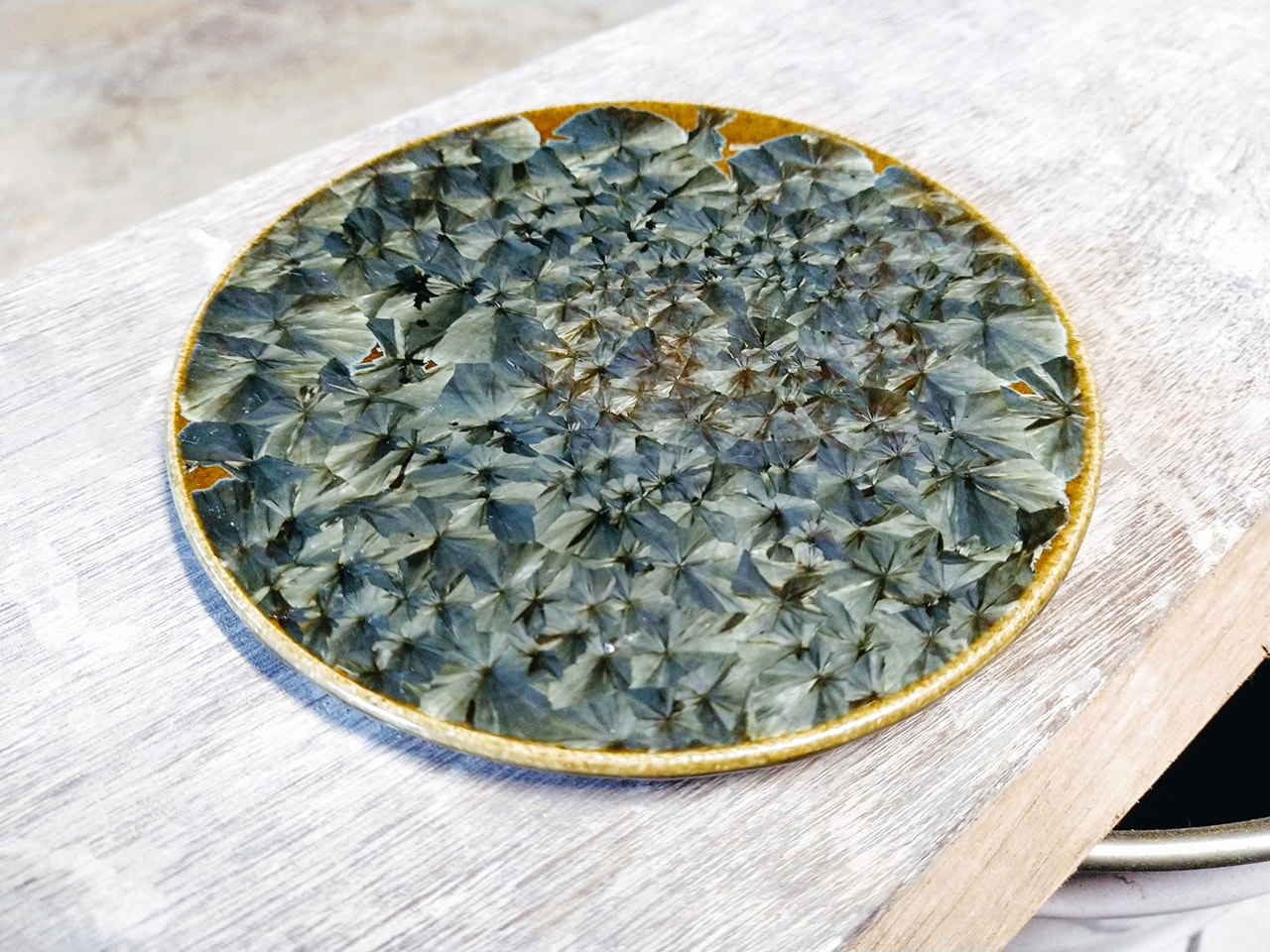 鉄色の結晶皿